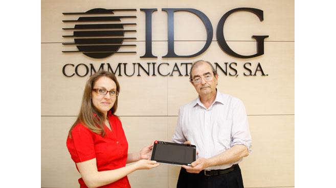 """José Francisco Martínez Díaz, responsable del área técnica audiovisual de Agencia EFE, recoge el tablet HP ElitePad 900 ofrecido en """"El Día de la Movilidad de IDGtv""""."""